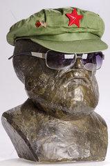 Marx mit Mao-Muetze und amerikanischer Sonnenbrille  Symbol Chinesischer Kommunismus