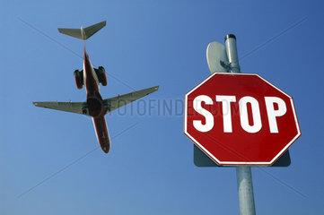 Stopschild fuer ein Flugzeug im Anflug auf BerlinTegel