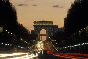 Champs Elysées und Arc de Triomphe bei Nacht