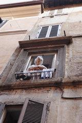Frau am Fensterbrett
