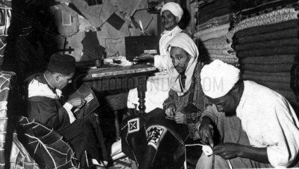 arabische Arbeiter fertigen Teppiche