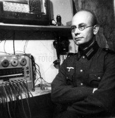 Fernmelder der Wehrmacht an seinem Arbeitsplatz
