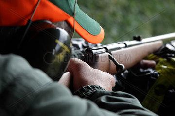 Mann auf Jagdschiessstand in Schweden