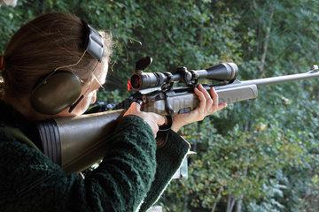 Frau auf Jagdschiessstand in Schweden