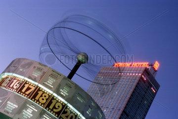 D - Berlin: Weltzeituhr und Forum Hotel