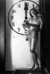 Silvester Frau mit Sekt und Uhr