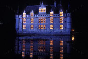 beleuchtetes Schloss spiegelt sich in der Loire