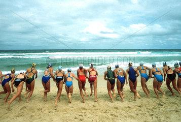 zwanzig Frauen rennen ins Meer