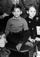 Junge mit kaputten Socken  Kriegsfuechtlinge  1946