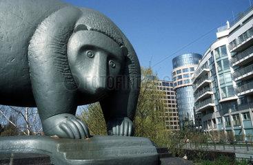 D - Berlin: Brueckenskulptur des Berliner Baeren vor Innenministerium in Moabit