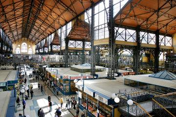 Die zentrale Markthalle (Kozponti Vasarcsarnok) in Budapest ist kein touristisches Gebilde. Hier decken vielmehr die Einwohner ihre taeglichen Beduerfnisse: Obst  Gemuese  Fleisch  Salami - das bauhistorische Juwel ist ein grandioser Schauplatz.