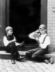 Zwei Kinder spielen Karten
