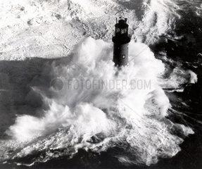 riesige Welle trifft auf Leuchtturm