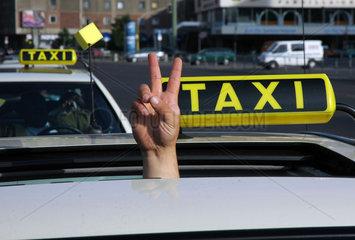 Taxifahrer macht Sieges Zeichen