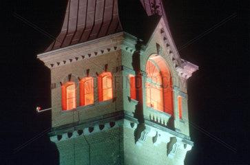 D - Berlin: beleuchteter Turm der Kulturbrauerei im Prenzlauer Berg