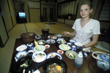 europaeische Frau isst japanische Speisen