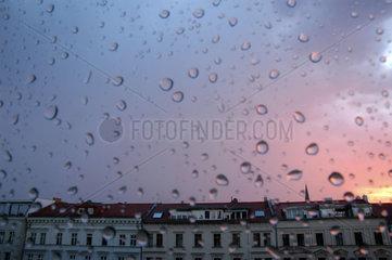 Wohnhaeuser durch regennasse Scheibe