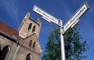D - Berlin: Dorfkirche Marzahn mit Strassenschildern Alt-Marzahn