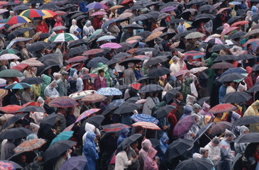 Menschenmenge mit Regenschirmen