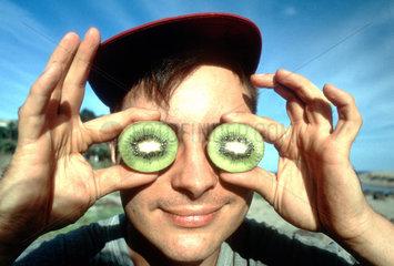 Mann mit Kiwis auf den Augen