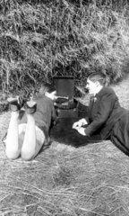 Paar im Heu hoert Grammophon