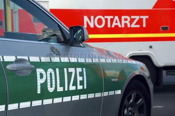 Polizeiauto und Notarztwagen