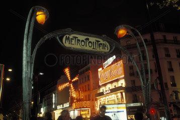 Metroeingang vor dem Moulin Rouge