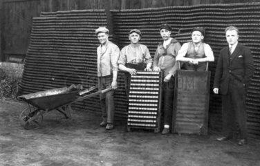 Arbeiter machen Gruppenfoto