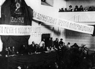 Lenin spricht auf einer Parteiversammlung