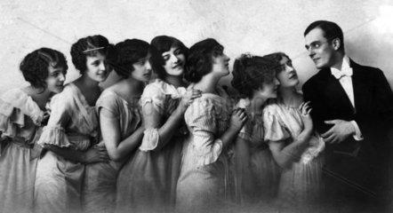 Sieben Frauen interessieren sich fuer ein Mann