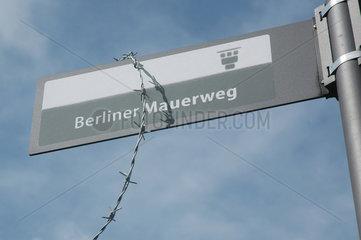 Stacheldraht am Schild - Berliner Mauerweg