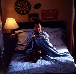 Mann hat Angst im Bett