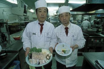 Koeche zeigen ihre Gerichte