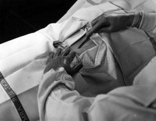 Arzt setzt Skalpell zum Schnitt an