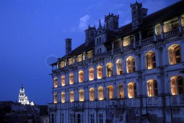 Nachtaufnahme eines Schlosses