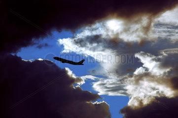 Flugzeug zwischen dunklen Wolken