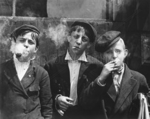 Jungen rauchen