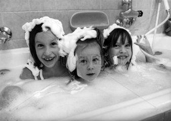 3 Kinder nehmen Schaumbad