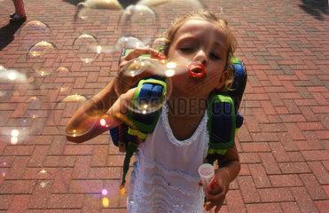 Maedchen Seifenblasen machen
