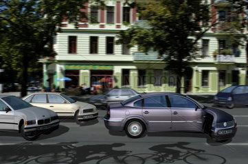 Auto mit Fahrradfahrern