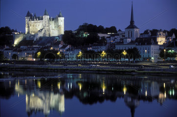 Schloss ueber der Loire bei Nacht