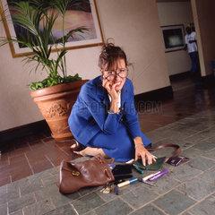 Geschaeftsfrau wirft Tasche um