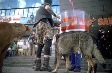 Punker mit ihren Hunden in Berlin.