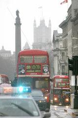 London  Picadilly Circus  rush hour - typisch sind die roten Doppeldecker Busse.