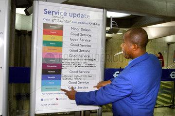 U-Bahn ( Tube) in London - ein Hinweisschild gibt Auskunft  wenn es zu Verspaetungen kommt.