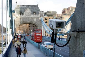 Die Tower Bridge in London - natuerlich auch hier Ueberwachungskameras an jeder Ecke.