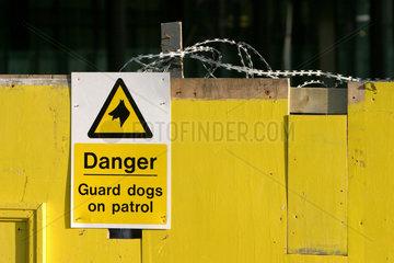 Bauzaun am Londoner Finanzzentrum. Warnung vor dem Hunde.