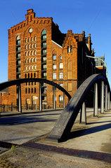 Zwischen Deichtorhallen und Baumwall liegt im Hamburger Freihafen die mehr als 100 Jahre alte Speicherstadt.