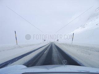 Mercedes auf verschneiter Strasse