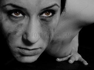 nackte Frau mit braunen Augen